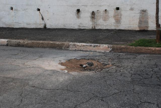 Buracos complicam a vida de motoristas na Zona Norte